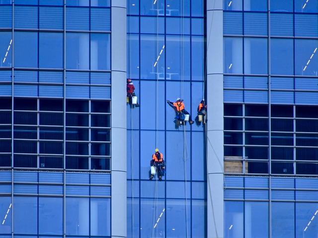 מדוע לא מומלץ לנקות חלונות גבוהים בבית באופן עצמאי
